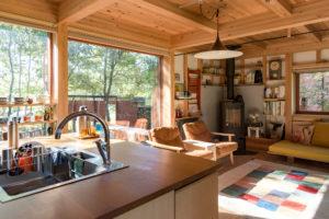 窓辺のリビングとキッチン