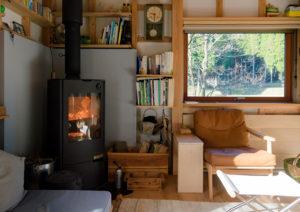 シンケンスタイルの家、薪ストーブのある空間