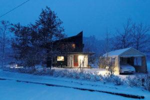 南国の大雪にたたずむシンケンスタイルの家