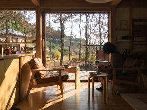 陽だまりの窓辺は心地いい居場所。シンケンスタイルの木の家。